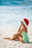 Συνεδρίαση κοριτσιών στην παραλία σε μια ΚΑΠ Άγιου Βασίλη Στοκ φωτογραφίες με δικαίωμα ελεύθερης χρήσης