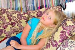 Συνεδρίαση κοριτσιών στον καναπέ Στοκ Φωτογραφία