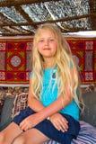 Συνεδρίαση κοριτσιών στον καναπέ Στοκ φωτογραφίες με δικαίωμα ελεύθερης χρήσης