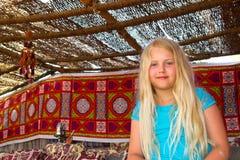 Συνεδρίαση κοριτσιών στον καναπέ Στοκ φωτογραφία με δικαίωμα ελεύθερης χρήσης