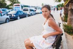 Συνεδρίαση κοριτσιών στον πάγκο Στοκ Εικόνες