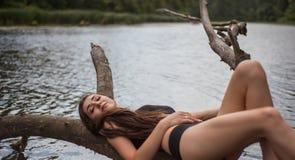 συνεδρίαση κοριτσιών στο δέντρο Στοκ εικόνες με δικαίωμα ελεύθερης χρήσης