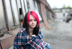 Συνεδρίαση κοριτσιών Emo σε μια στέγη που καλύπτεται με μια κουβέρτα Στοκ Εικόνες