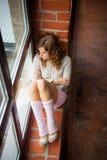 συνεδρίαση κοριτσιών windowsill Τοπ όψη Στοκ Φωτογραφίες