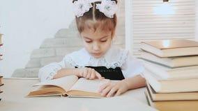 Συνεδρίαση μαθητριών σε έναν πίνακα και την ανάγνωση ένα βιβλίο, διαβάζοντας του τα χασμουρητά απόθεμα βίντεο