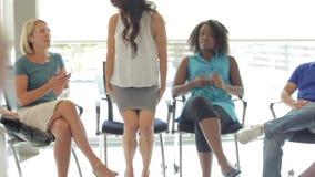 Συνεδρίαση με τη συνεδρίαση Businesspeople στον κύκλο στις έδρες φιλμ μικρού μήκους