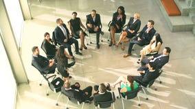 Συνεδρίαση με τη συνεδρίαση Businesspeople στον κύκλο στις έδρες απόθεμα βίντεο