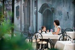 Συνεδρίαση μητέρων και γιων στον καφέ Στοκ φωτογραφίες με δικαίωμα ελεύθερης χρήσης