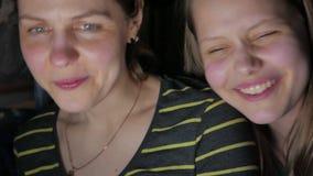 Συνεδρίαση μητέρων και κορών στο lap-top και κατοχή της διασκέδασης από κοινού 4k UHD απόθεμα βίντεο