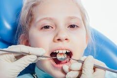 Συνεδρίαση μικρών κοριτσιών στο γραφείο οδοντιάτρων Στοκ φωτογραφία με δικαίωμα ελεύθερης χρήσης