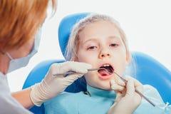 Συνεδρίαση μικρών κοριτσιών στο γραφείο οδοντιάτρων Στοκ εικόνες με δικαίωμα ελεύθερης χρήσης