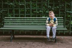 Συνεδρίαση μικρών παιδιών με τη Apple και αναμονή στον αγροτικό πάγκο κόλλας Στοκ Εικόνα