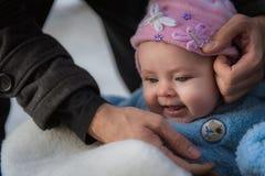 Συνεδρίαση μωρών χαμόγελου στο έλκηθρο Ευτυχές κορίτσι νηπίων στοκ φωτογραφίες