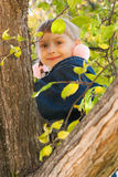 Συνεδρίαση νέων κοριτσιών σε ένα δέντρο στοκ φωτογραφία με δικαίωμα ελεύθερης χρήσης
