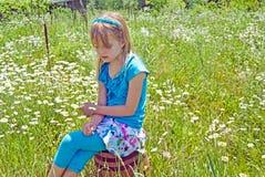 Συνεδρίαση νέων κοριτσιών σε ένα ξύλινο βαρέλι Στοκ Φωτογραφίες