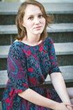 Συνεδρίαση νέων κοριτσιών στα σκαλοπάτια μόνο Στοκ εικόνα με δικαίωμα ελεύθερης χρήσης