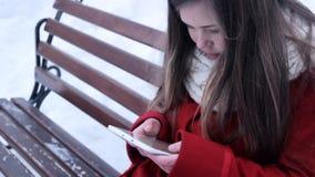 Συνεδρίαση νέων κοριτσιών στον πάγκο και το PC ταμπλετών προσοχής απόθεμα βίντεο