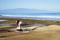 Συνεδρίαση νέων κοριτσιών meditates Στοκ εικόνα με δικαίωμα ελεύθερης χρήσης
