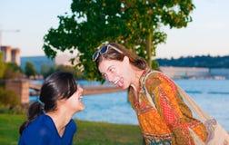 Συνεδρίαση νεαρών άνδρων στο πάρκο, βαθύ στη σκέψη Στοκ εικόνες με δικαίωμα ελεύθερης χρήσης