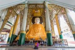 Συνεδρίαση ο με σεβασμό μεγάλος Βούδας γυναικών Στοκ Εικόνες