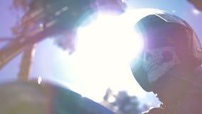Συνεδρίαση ποδηλατών πορτρέτου στη μοτοσικλέτα του που φορά το κράνος απόθεμα βίντεο