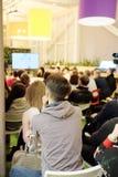 Συνεδρίαση σε μια αίθουσα συνδιαλέξεων Στοκ εικόνες με δικαίωμα ελεύθερης χρήσης