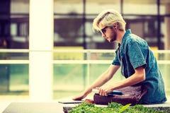 Συνεδρίαση σημειωματάριων εκμετάλλευσης τύπων Hipster στην προεξοχή Στοκ φωτογραφία με δικαίωμα ελεύθερης χρήσης