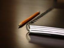 Συνεδρίαση σημειωματάριων σε ένα γραφείο Στοκ φωτογραφία με δικαίωμα ελεύθερης χρήσης