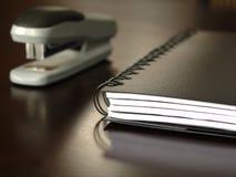 Συνεδρίαση σημειωματάριων σε ένα γραφείο Στοκ εικόνες με δικαίωμα ελεύθερης χρήσης