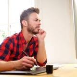Συνεδρίαση σκέψης ατόμων στο γραφείο με stylus Στοκ φωτογραφία με δικαίωμα ελεύθερης χρήσης