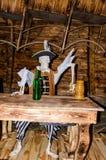 Συνεδρίαση σκελετών πειρατών στον πίνακα με την κούπα μπύρας Στοκ Φωτογραφία