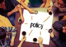 Συνεδρίαση σπουδαστών γύρω από τη σελίδα που λέει την πολιτική Στοκ εικόνες με δικαίωμα ελεύθερης χρήσης