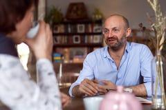 Συνεδρίαση στον καφέ Στοκ φωτογραφία με δικαίωμα ελεύθερης χρήσης