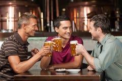 Συνεδρίαση στο μπαρ στοκ φωτογραφίες με δικαίωμα ελεύθερης χρήσης
