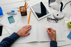 Συνεδρίαση σχεδιαστών σε ένα άσπρο ξύλινο γραφείο και εργασία Στοκ Φωτογραφίες