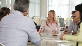 Συνεδρίαση της ομάδας γύρω από τον πίνακα στο δημιουργικό γραφείο απόθεμα βίντεο