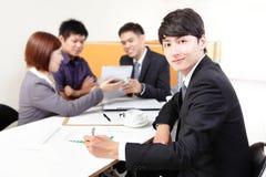 Συνεδρίαση της ομάδας επιχειρηματιών με το touchpad στοκ φωτογραφία με δικαίωμα ελεύθερης χρήσης