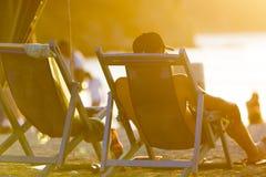 Συνεδρίαση τουριστών στη μακριά καρέκλα στην παραλία Taganga, Κολομβία Στοκ φωτογραφίες με δικαίωμα ελεύθερης χρήσης