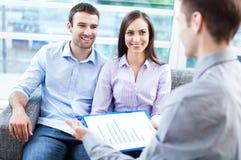 Συνεδρίαση του ζεύγους με τον οικονομικό σύμβουλο στοκ φωτογραφία με δικαίωμα ελεύθερης χρήσης