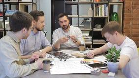 Συνεδρίαση του πρωινού της δημιουργικής ομάδας οικοδόμων, που προετοιμάζουν το σημαντικό πρόγραμμα, που επιλέγει το εσωτερικό φιλμ μικρού μήκους