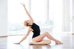 Συνεδρίαση ballerina γυναικών και τέντωμα στην κατηγορία χορού Στοκ Εικόνες