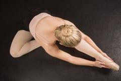 Συνεδρίαση Ballerina και κάμψη προς τα εμπρός Στοκ Εικόνες