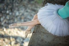 Συνεδρίαση Ballerina στην άκρη της γέφυρας Στοκ φωτογραφίες με δικαίωμα ελεύθερης χρήσης
