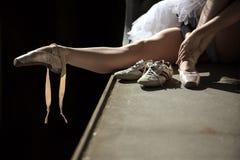 Συνεδρίαση Ballerina στην άκρη της γέφυρας Στοκ Εικόνες