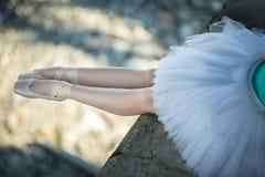 Συνεδρίαση Ballerina στην άκρη της γέφυρας Στοκ Φωτογραφίες