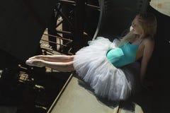 Συνεδρίαση Ballerina στην άκρη της γέφυρας Στοκ Εικόνα