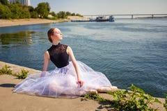 Συνεδρίαση Ballerina στην όχθη ποταμού Στοκ φωτογραφία με δικαίωμα ελεύθερης χρήσης
