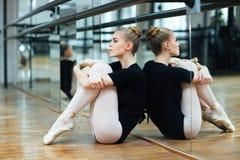 Συνεδρίαση Ballerina στο πάτωμα Στοκ φωτογραφία με δικαίωμα ελεύθερης χρήσης
