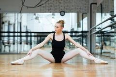 Συνεδρίαση Ballerina στο πάτωμα Στοκ εικόνες με δικαίωμα ελεύθερης χρήσης