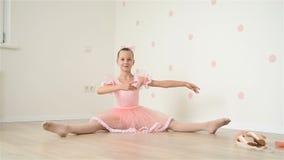 Συνεδρίαση Ballerina στο πάτωμα απόθεμα βίντεο